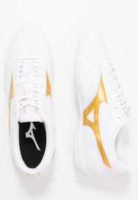Mizuno - MRL SALA CLUB IN - Halové fotbalové kopačky - white/gold - 1