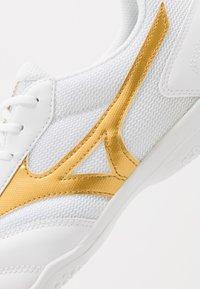 Mizuno - MRL SALA CLUB IN - Halové fotbalové kopačky - white/gold - 5