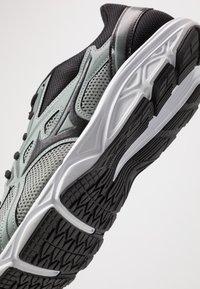 Mizuno - WAVE SPARK 5 - Obuwie do biegania treningowe - black/slate grey - 5
