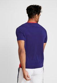 Mizuno - SHADOW GRAPHIC TEE - T-shirt print - tomato/astral aura - 2