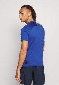 Mizuno - SHADOW GRAPHIC TEE - Print T-shirt - true blue - 2