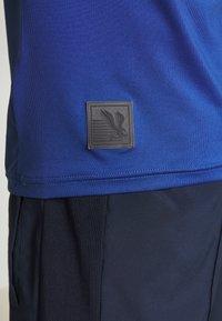 Mizuno - SHADOW GRAPHIC TEE - Print T-shirt - true blue - 5