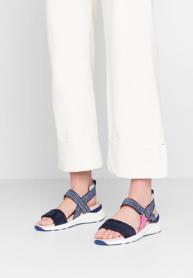 Sandály na klínu - blu notte