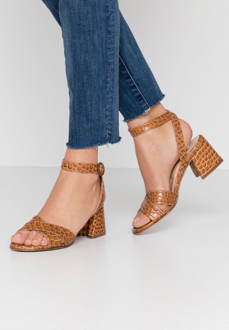Maripé - Sandals - kissa caramello