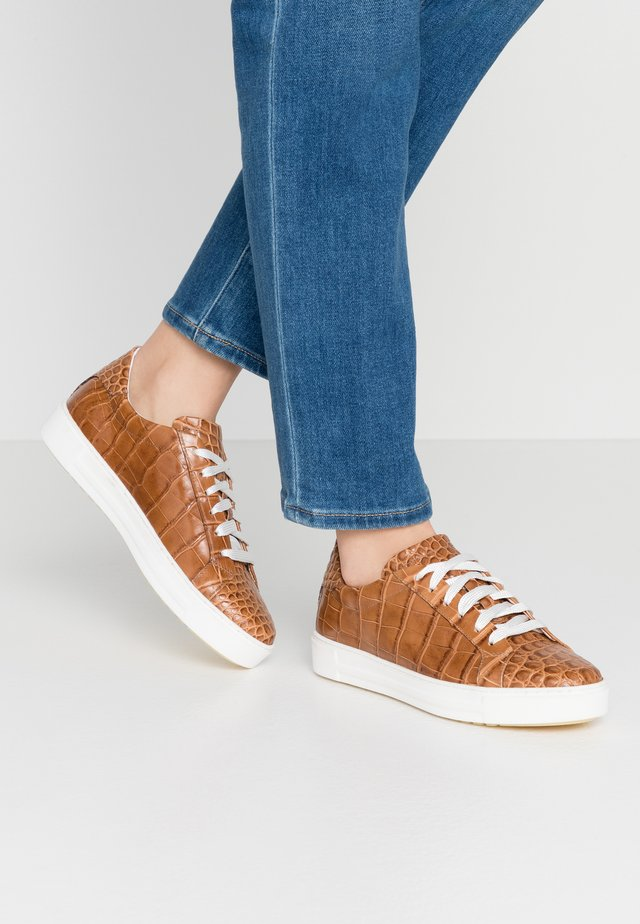 Sneakers - kissa caramello