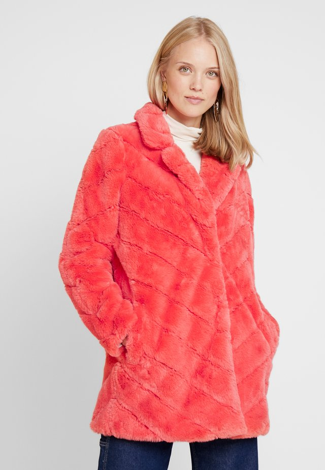 LADERA - Winter coat - koralle