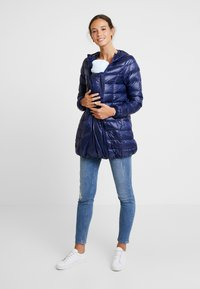 Modern Eternity - ASHLEY LIGHTWEIGHT MATERNITY JACKET WITH HOOD - Winterjas - navy - 1