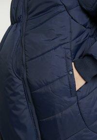 Modern Eternity - HARPER THIGH COCOON PUFFER COAT - Zimní kabát - navy - 5