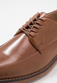 Madden by Steve Madden - GEL - Elegantní šněrovací boty - cognac - 5