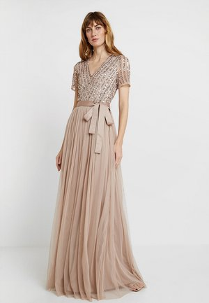 STRIPE EMBELLISHED MAXI DRESS WITH BOW TIE - Gallakjole - nude