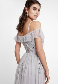 Maya Deluxe - EMBELLISHED DRESS IN SPOT WITH RUFFLE COLD SHOULDER - Galajurk - soft grey - 5
