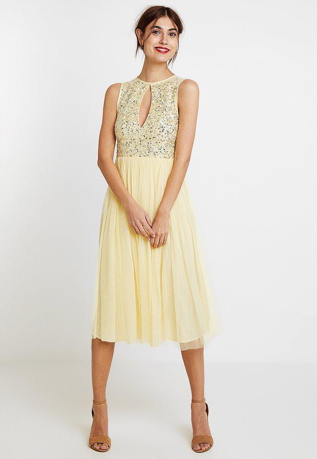 KEYHOLE FRONT MIDI DRESS WITH SCATTERED SKIRT - Sukienka koktajlowa - lemon