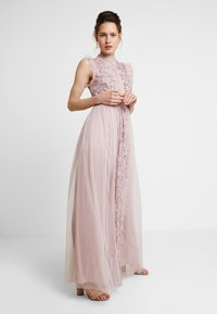 Maya Deluxe - HIGH NECK EMBELLISHED DRESS WITH DETAIL - Ballkjole - frosted pink - 1