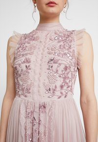 Maya Deluxe - HIGH NECK EMBELLISHED DRESS WITH DETAIL - Ballkjole - frosted pink - 6