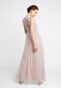 Maya Deluxe - HIGH NECK EMBELLISHED DRESS WITH DETAIL - Ballkjole - frosted pink - 2