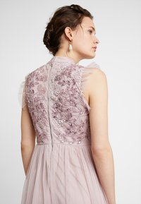 Maya Deluxe - HIGH NECK EMBELLISHED DRESS WITH DETAIL - Ballkjole - frosted pink - 3