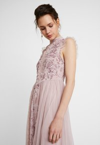 Maya Deluxe - HIGH NECK EMBELLISHED DRESS WITH DETAIL - Ballkjole - frosted pink - 4