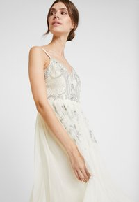 Maya Deluxe - EMBELLISHED CAMIMIDI DRESS - Cocktailkjole - offwhite - 4