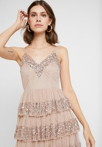 Maya Deluxe - EMBELLISHED MINI WITH TIERED SKIRT - Cocktailkjole - taupe blush - 5