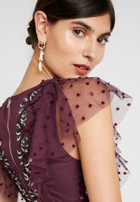 Maya Deluxe - RUFFLE SLEEVE EMBELLISHEDBODICE DRESS WITH SASH TIE BELT - Suknia balowa - plum - 4