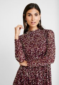 Maya Deluxe - ALL OVER EMBELLISHED MINI DRESS WITH OPEN BACK - Juhlamekko - berry multi - 4