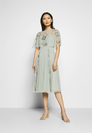 OVERLAY CAPE MIDI DRESS WITH PLACEMENT EMBELLISHMENT - Juhlamekko - green