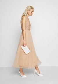 Maya Deluxe - EMBELLISHED OVERLAY MIDAXI DRESS - Iltapuku - peach - 1