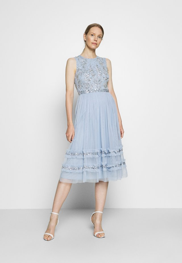 SLEEVELESS MIDI DRESS WITH RUFFLE DETAIL SKIRT - Sukienka koktajlowa - pearl blue