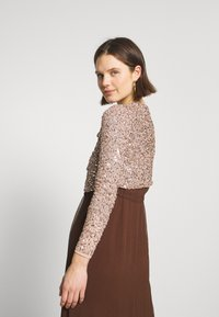 Maya Deluxe - DELICATE SEQUIN JACKET WITH BOW - Strikjakke /Cardigans - taupe blush - 2