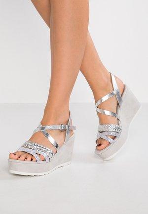 Korkeakorkoiset sandaalit - silver