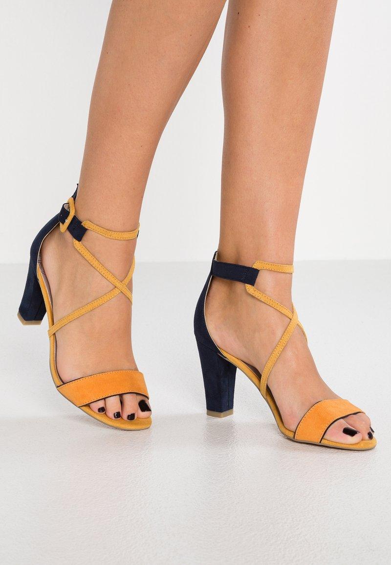 Marco Tozzi - Sandály na vysokém podpatku - saffron