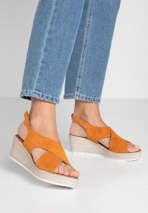 Korkeakorkoiset sandaalit - mango