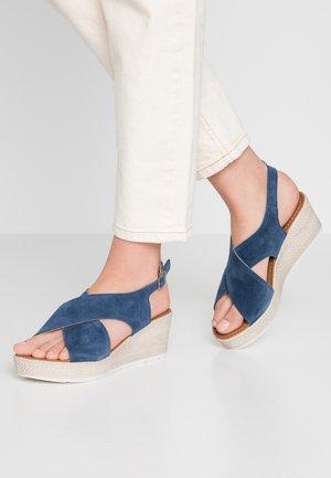 Sandały na platformie - denim