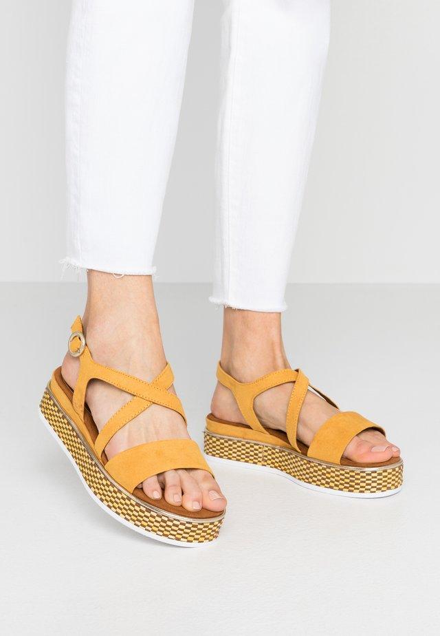 Sandali con plateau - saffron