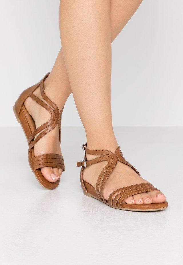 Sandaalit nilkkaremmillä - nut