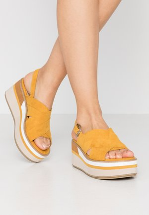 Sandały na platformie - saffron