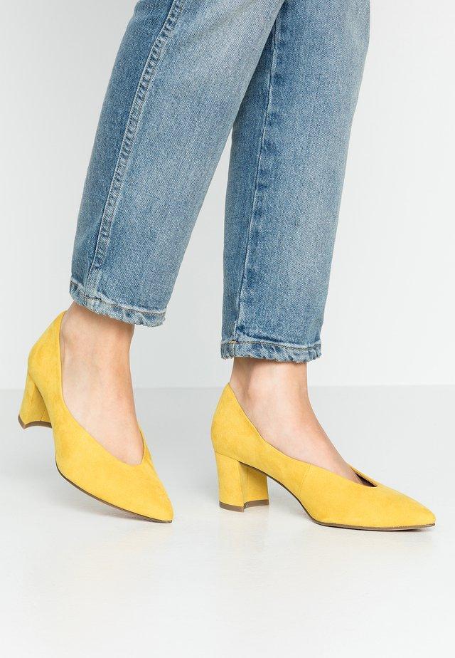 Czółenka - yellow