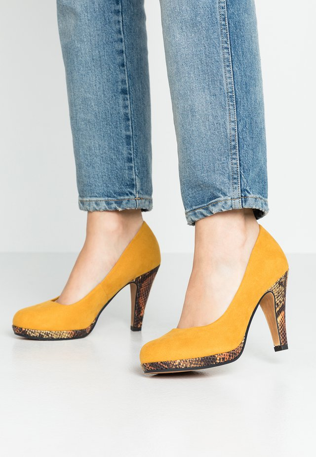 High heels - saffron