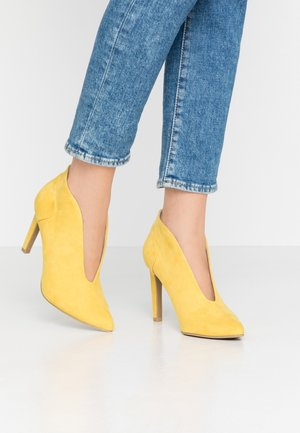 High heeled ankle boots - yellow