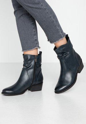 Kotníkové boty - navy antic