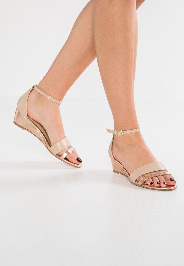 Sandały na koturnie - rosegold/nude
