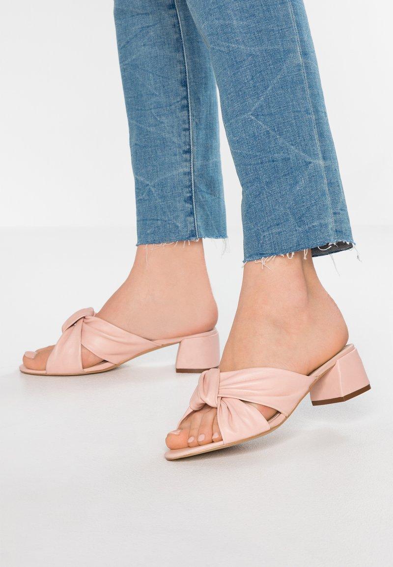 mint&berry - Pantofle na podpatku - nude