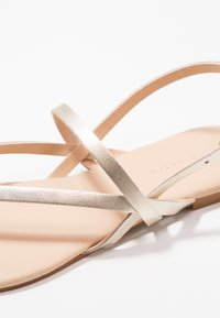mint&berry - T-bar sandals - gold - 2