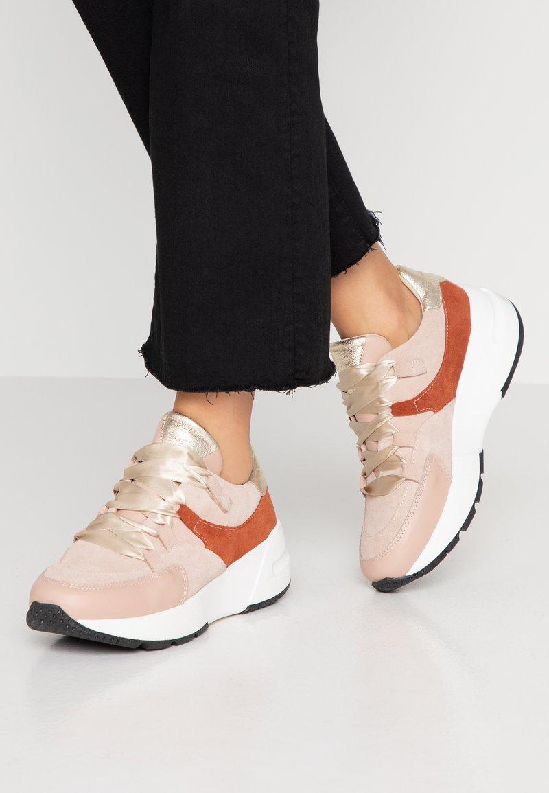 mint&berry - Sneaker low - nude