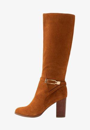 Boots med høye hæler - cognac