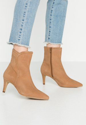 Classic ankle boots - tan