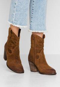 mint&berry - Cowboy/biker ankle boot - cognac - 0