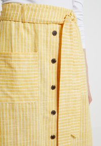 mint&berry - SKIRT WITH BUTTON LEDGE - A-line skirt - yellow/white - 4