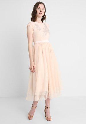 Společenské šaty - silver poeny