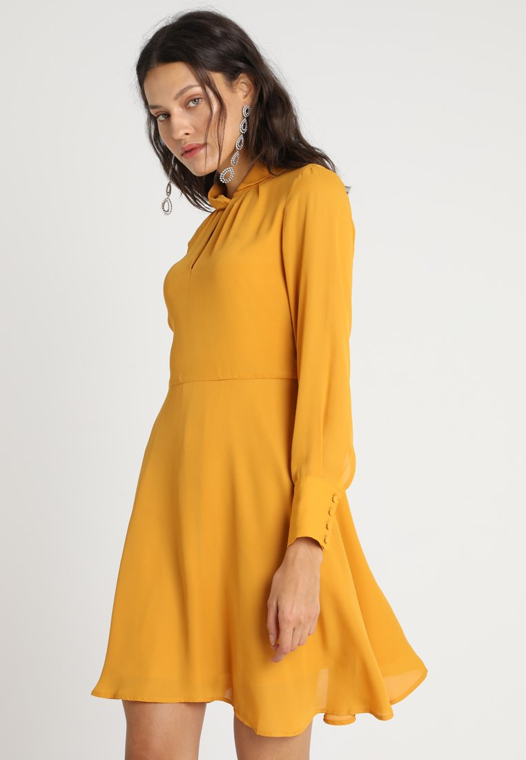 mint&berry Robe d'été - jaune foncé dark yellow